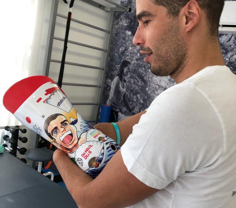 Daniel Dias recebe prótese com ilustração mangá